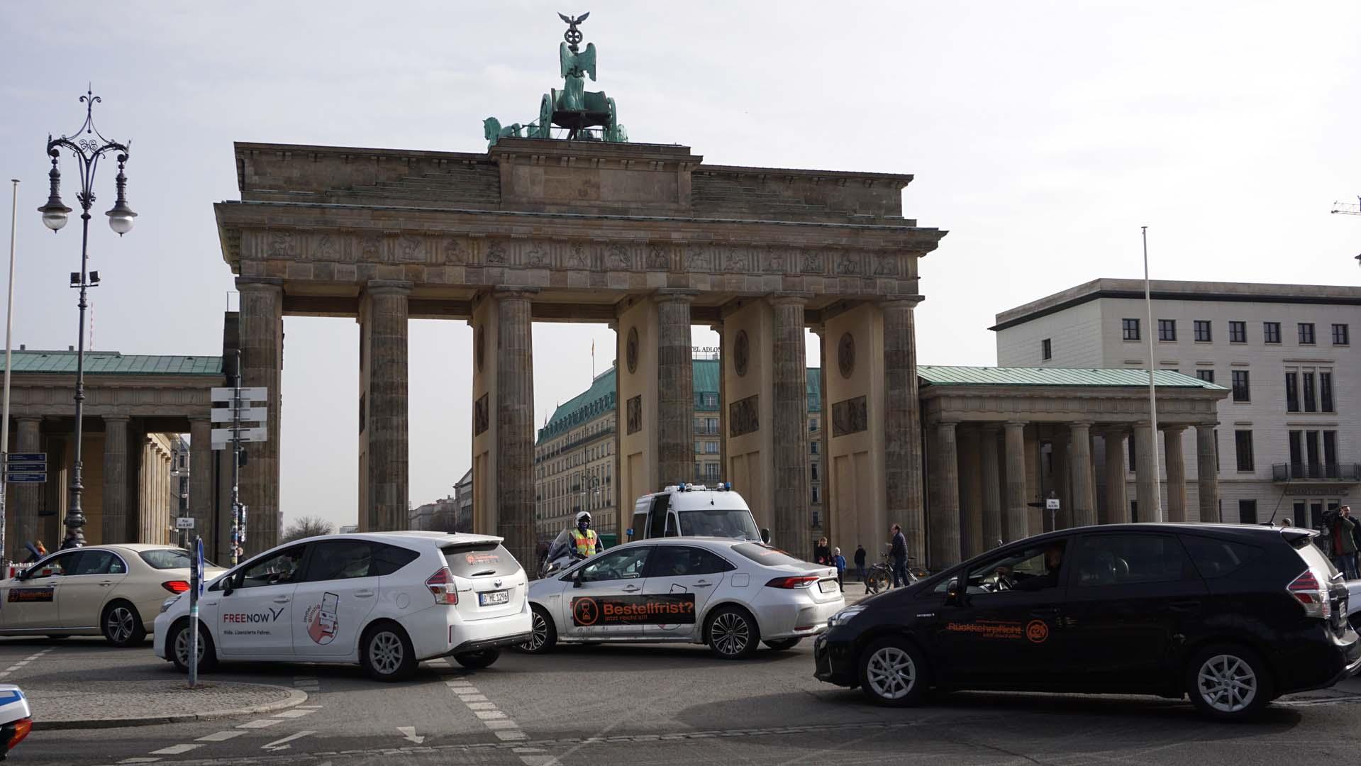 800 Mietwagen demonstrieren gegen Taxi-Schutz-Gesetz